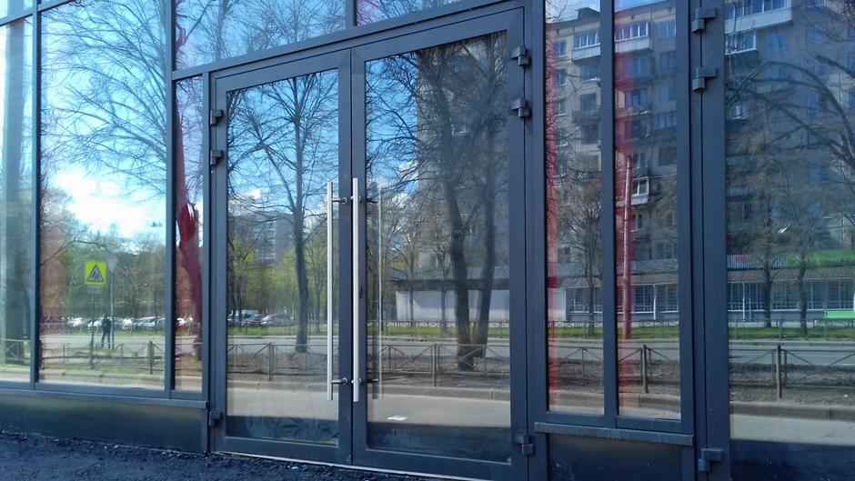 Алюмінієві двопільні двері в торговому центрі