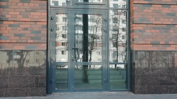 Алюмінієві штульпові двері в багатоквартирному будинку