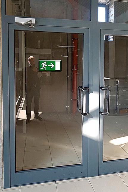 Двері в торговому центрі
