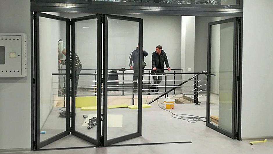 Алюминиевые складные двери Алюмил в офисе