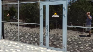 Входные двери в офисном здании