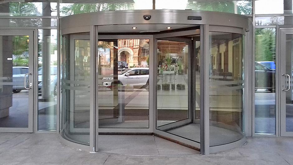 Карусельні двері в готелі