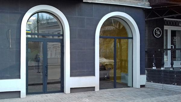 Вхідні двері в торговому комплексі