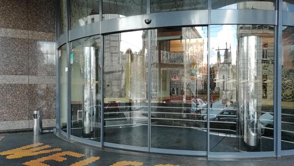 Радиусные  двери в гостинице