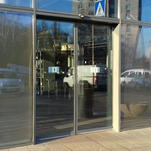 Двері автоматичні розсувні в магазині