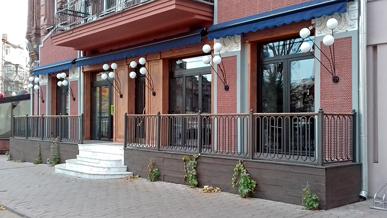 Складные двери для выхода на площадку ресторана