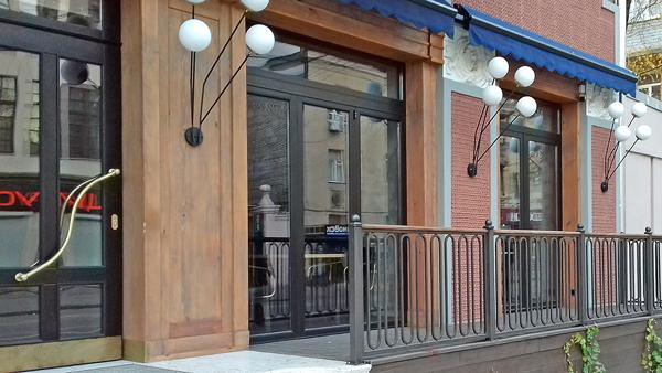 Алюминиевые складные двери в ресторане