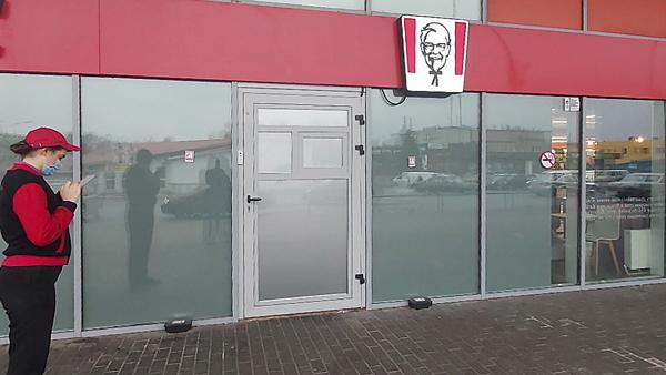 Алюмінієві двері в ресторані
