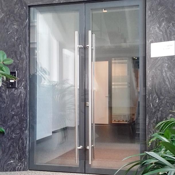 Алюмінієві двері в офісі