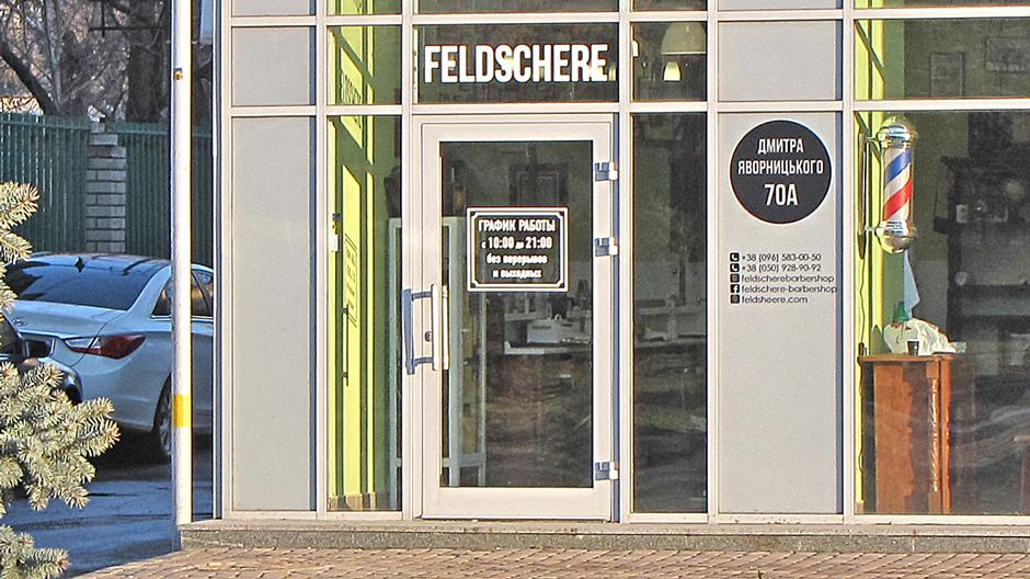Алюмінієві однопільні двері в торговому комплексі