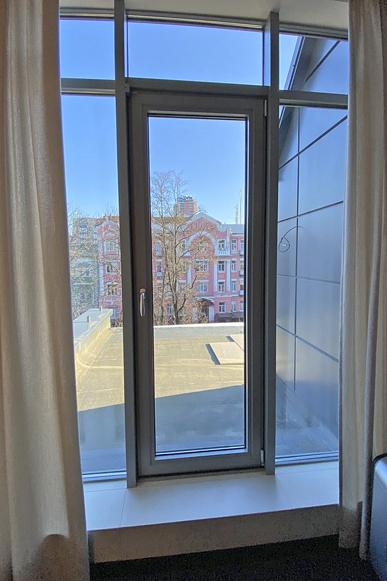 Алюмінієві поворотно-відкидні вікна
