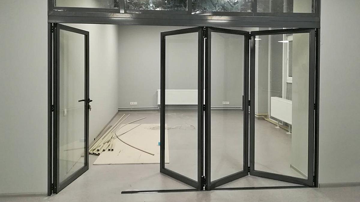 Складные двери аккордеон в офисе