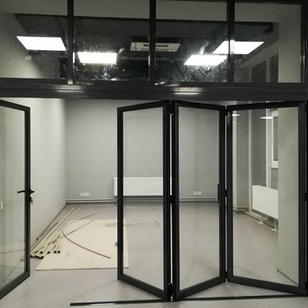 Складні двері в офісі