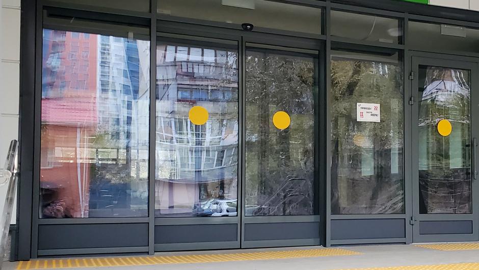 Автоматичні двері в поліклініці