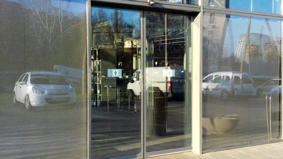 Автоматичні двері в магазині