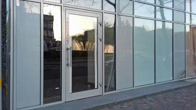 Наружные двери в торговом комплексе