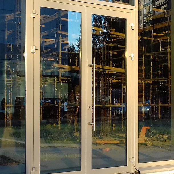Зовнішні двері в торговому центрі